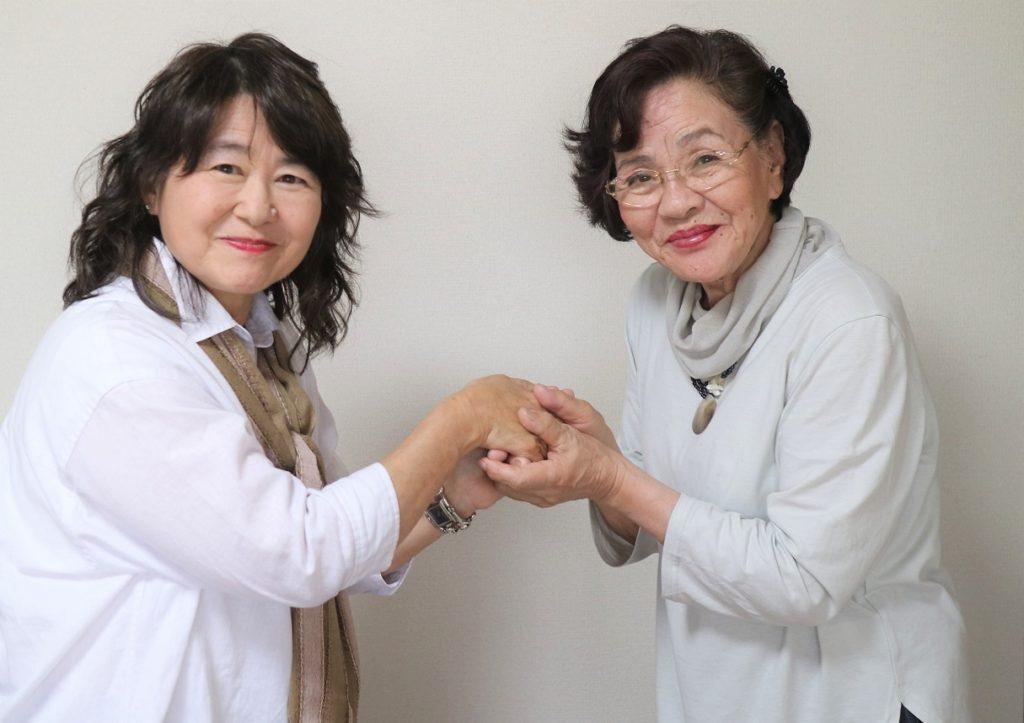 前理事長の秋吉美千代(右)、新理事長の城戸由香里(左)